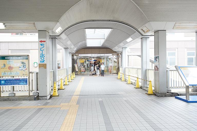 (1)阪急蛍池駅の改札を通ったら、右の西出口に出てください。